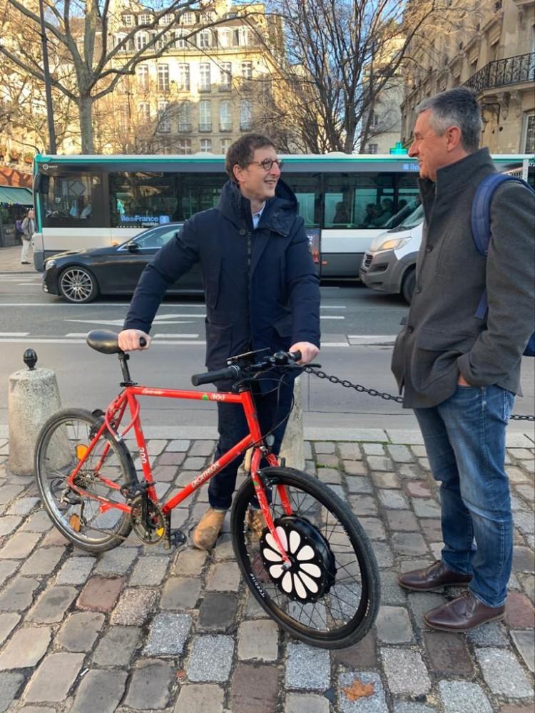 teebike el fundador con el alcalde de paris